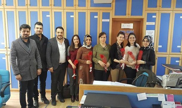 Bafra GİAD Dünya Kadınlar günü haftası nedeni ile karanfil dağıttı..